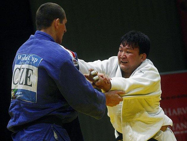 Lukáš Krpálek (v modrém kimonu) si už poměřil i síly s olympijským vítězem, Mongolem Najdanem Tuvšinbajarem.
