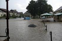 Silná bouře se přehnala přes Hodice na Jihlavsku, kde vyhnala i štamgasty z místního hostince. Proudy vody zaplavily jeho sklep a dostaly se také do přilehlého kulturního domu.
