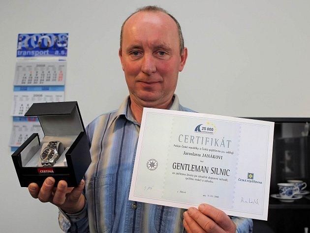 Džentlmen silnic Jaroslav Janák si mimo diplomu převzal od zástupců policie a České pojišťovny také věcný dárek.
