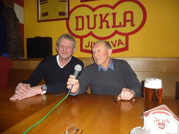 Jaroslav Benák (vlevo) a Stanislav Neveselý se v sobotu sešli v jihlavském baru Hattrick, aby zavzpomínali na svoje působení v národním hokejovém týmu.