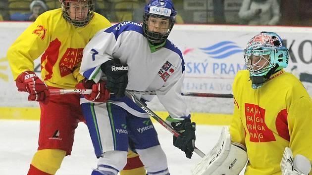 Útočník Ondřej Machala (v bílém dresu), který je odchovancem žďárského klubu, patřil mezi osobnosti hokejového turnaje.