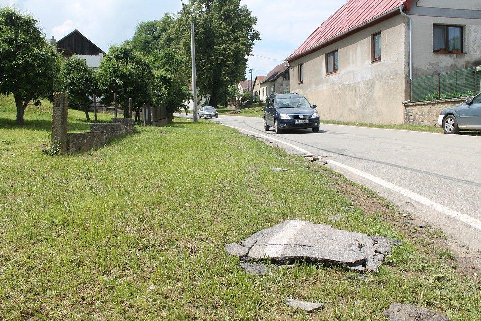Vyrvané kusy silnice voda odplavila na vzdálenost několika desítek metrů.