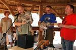 Mladá levhartice se jmenuje Čiči a její bratříček Fiči. Rozhodl o tom známý folkový zpěvák Jaroslav Samson Lenk, který se naslavnostních křtinách dvojčat irbisů (levhartů sněžných) vjihlavské zoo ujal role kmotra.