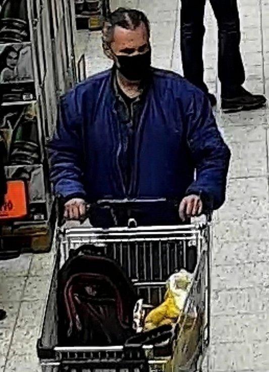 Kdo je muž na fotografii? Policie po něm pátrá.
