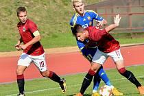 Fotbaloví starší dorostenci FC Vysočina (v modrém) na svém hřišti odevzdali Spartě všechny tři body. Pražané se po výhře 3:0 vyšvihli do čela tabulky.