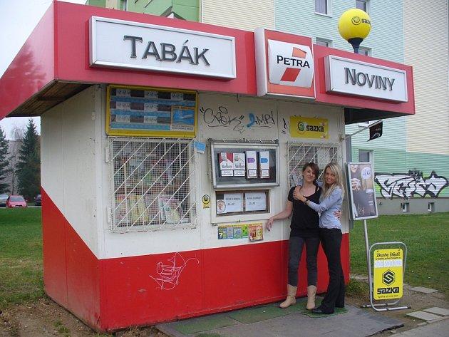 Dagmar Závodská a Petra Zídková (vpravo) před trafikou v ulici S. K. Neumanna. Mladé ženy nyní uspěly v soutěži Trafika roku 2013, do které se přihlásily z hecu.