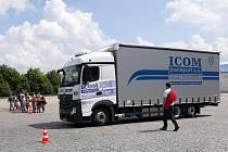 Zájemci si na dni otevřených dveří v dopravní společnosti ICOM transport mohli vyzkoušet jízdu kamionem.
