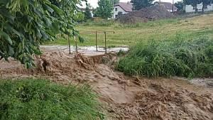 Po bouřce se valila voda Dobronínem.