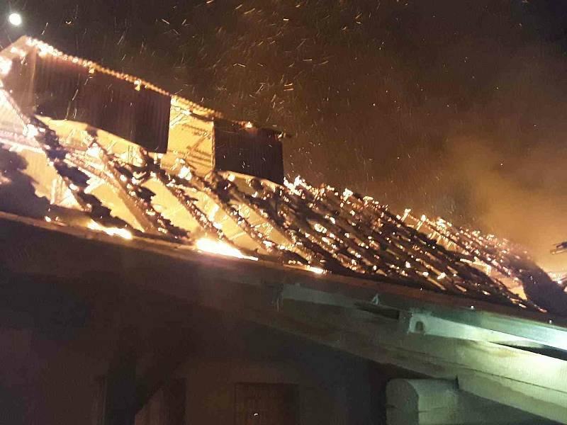 V Kozlově hořela střecha hospodářského stavení. Při požáru vznikla škoda za půldruhého milionu.