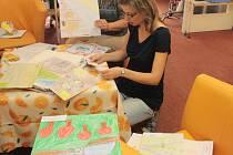 Metodičky z jihlavského Centra multikulturního vzdělávání připravovaly včera výtvarné práce pro páteční vyhodnocení soutěže Jak se žije tam a tady.