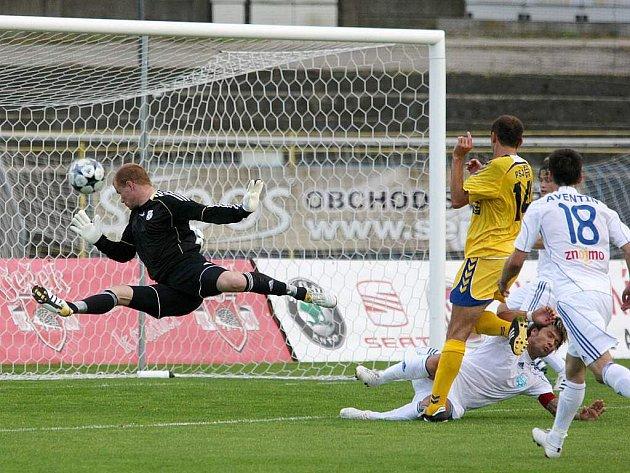 Jihlavský záložník Radek Görner otevírá skóre. Jeho trefě přihlíží Peter Krutý (číslo 14), který zvyšoval na 2:0.