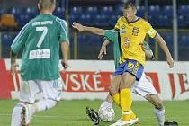 Jihlavský kanonýr Petr Faldyna (ve žlutém dresu) přispěl k vítězství nad Karvinou dvěma góly. Celkem už jich má v novém ročníku druhé ligy na kontě šest.