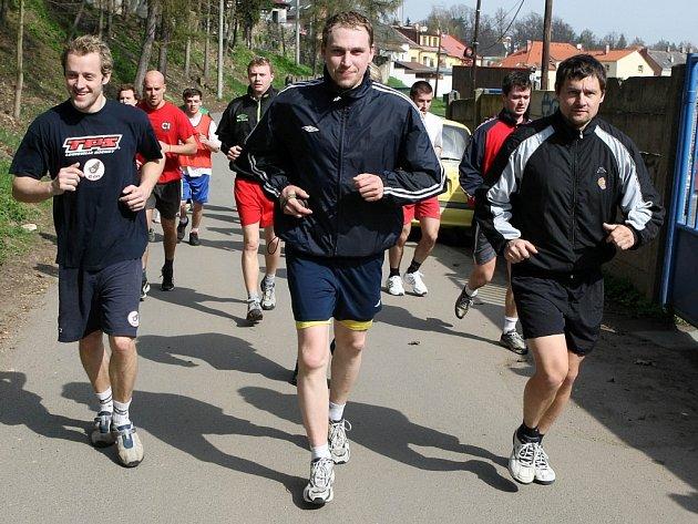 Na úvodním tréninku prvoligových jihlavských hokejistů se včera kromě tahounů z uplynulé sezony (na snímku vlevo Tomáš Ficenc a Oldřich Bakus) objevila také čerstvá posila z konkurenční Třebíče – David Dolníček.