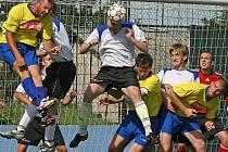 Fotbalisté Velké Bíteše vybojovali potřebnou remízu, kterou svými góly zařídil obránce Tomáš Pelán (vlevo). K prvnímu mu pomohl domácí Luděk Šlechta (vpravo).
