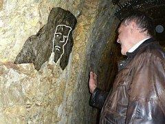 Na snímku je vidět jedna z tváří (graficky zvýrazněno), které lze podle záhadologů spatřit v jihlavském podzemí vmístech proslavené světélkující chodby.