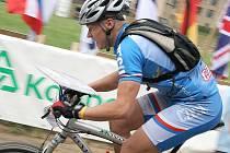 Lubomír Tomeček dojíždí do cíle a česká reprezentace za malou chvíli získá největší úspěch na pátém mistrovství světa v orientačních závodech na horských kolech. Ke třem bronzovým medailím přidá mužská štafeta stříbrnou placku.