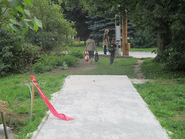 Na sídlišti v Demlově ulici v Jihlavě má jeden nový chodník závadu, končí předčasně v trávě.
