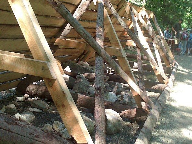 V jihlavském lesoparku Heulos jsou umístěné zátarasy, které brání kamenům odpadajícím z hradeb, aby se dostaly na cestu, kudy denně projdou desítky lidí.