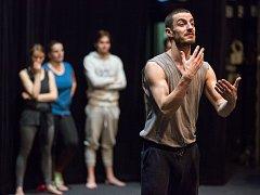 Italsko-americký herec a učitel Massimiliano Balduzzi provádí fyzický a vokální trénink s umělci Horáckého divadla.