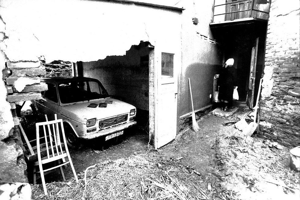 Voda s sebou nesla jemný písek, který se dostal do motorů aut a zničil je, někdy nevydržela ani garáž.