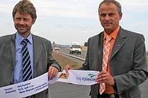 Slavnostního otevření silnice z Jihlavy do Příseky se zúčastnili také hejtman kraje Vysočina Miloš Vystrčil (vlevo) a radní Miroslav Houška.