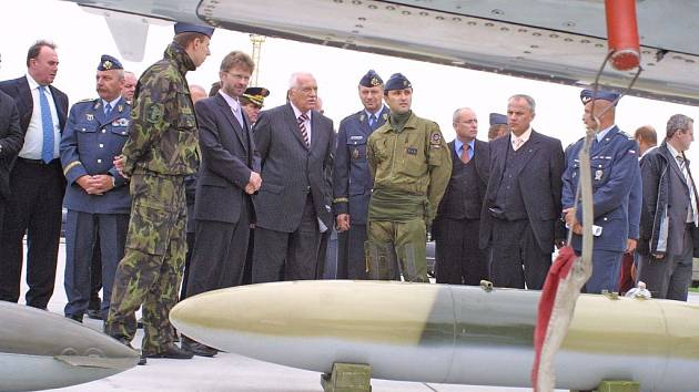 Prezentace bojové techniky. Prezident si prohlédl letoun, různé druhy leteckých bomb a samopalů. Pocelou dobu návštěvy ho s chodem základny seznamovali její velitelé.
