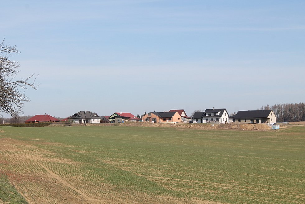 Na kraji Puklic se staví nové rodinné domky.