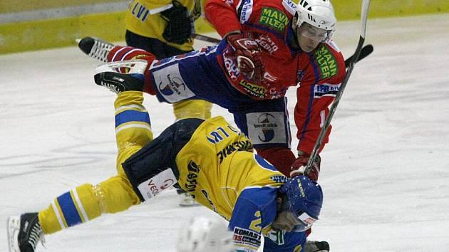 Hokejisté Třebíče (v červeném) prohráli s Ústím. Díky tomu se na ně dotáhlo Znojmo, které na ně dvě kola před koncem základní části ztrácí pouhý bod, Dukla dva a Kadaň pět.