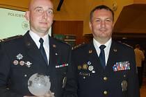 Policista Jiří Trnka (vlevo) a plukovník Radek Malíř (vpravo) při předání ocenění v Praze. Může se nyní pyšnit třetím místem v celostátní anketě s názvem Policista roku 2015.