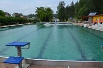 V novém. Už zítra se do vod louckého bazénu ponoří první návštěvníci.
