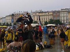 Ulice ožily. V centru Krakova to v těchto dnech žije. Lidé různých národností se tam setkávají a seznamují. Těší se na přivítání s papežem Františkem, který dnes za mladými dorazí.