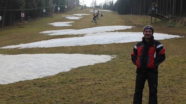 Takto to na Šacberku vypadalo včera odpoledne. Sněhové ostrůvky poslouží jako základ nově zasněžené sjezdovky.