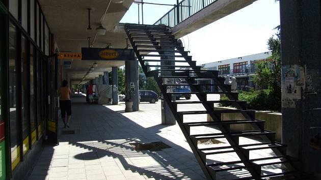 Nájemce nákupního centra na Březinkách nechal kvůli seniorům postavit nové schody.