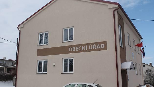 Obecní úřad v Rohozné má novou fasádu.