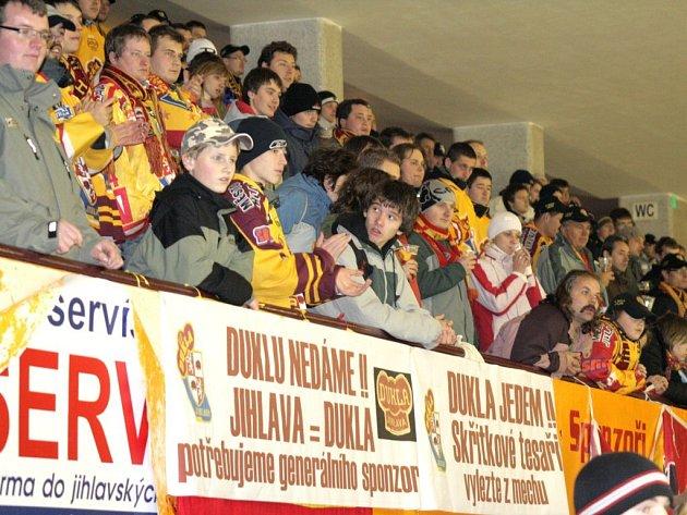 Při středečním zápase  s Berounem rozvinuli fanoušci jihlavských hokejistů transparent, že Dukla potřebuje generálního sponzora.