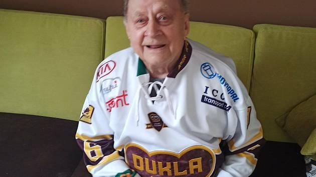 Náš děda nevynechá žádný zápas, ve svých 94 letech je možná nejstarším fanouškem Dukly, napsala Iva Brožová.