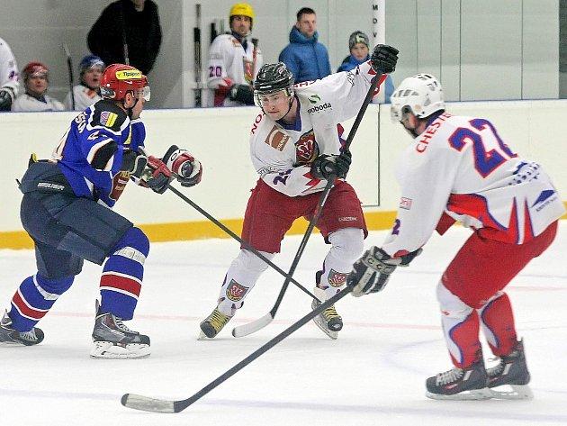 Chybí góly, hokejisté Telče (v bílých dresech) se v koncovce trápí, i proto se výsledky zatím nedostavují.