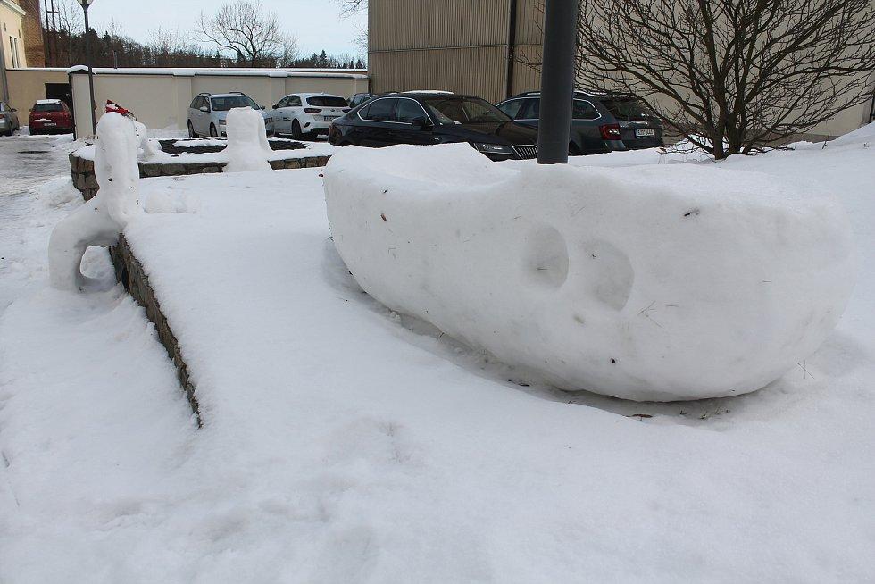 Sněhová díla na dvoře jihlavské radnice silně poznamenala středeční obleva.