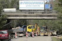 Silnice mezi místními částmi Pávov a Červený Kříž je uzavřena. Na místo, kde je dálniční nadjezd, najely bagry a těžká technika, která most připravuje na generální opravu.