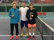 Stříbrný Jan Matyáš Dvořáček (vlevo) a vítěz turnaje Tomáš Kratochvíl (vpravo) zapózovali s Jakubem Filipským, mistrem České republiky a vítězem Pardubické juniorky z roku 2013, který byl také jedním z organizátorů celé akce.