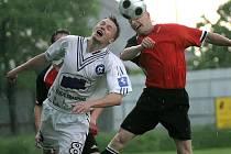 Rozmary počasí fotbalistům Třeště (v bílém Jiří Gutwald) nesvědčily. Na hřišti Nové Vsi určoval tempo domácí favorit, který výhrou 3:0 potvrdil postavení v tabulce.