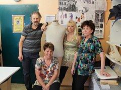 Ve svém království. Krejčí Petr Vosme, Hana Vinczeová, Marie Schwarzová a Karla Čermáková si musí umět poradit, i když mají ušít kostým z papíru.