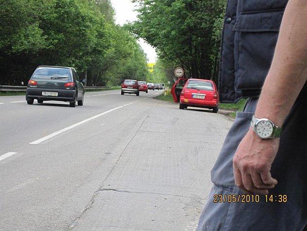 Ne všichni řidiči, kteří žádají u silnice o pomoc, jsou poctiví. V některých případech může jít o pouhý trik, jak z člověka vymámit peníze. Ilustrační foto.