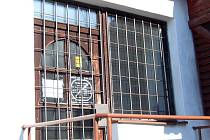 Krahulov – stejně jako jiné prodejny v menších obcích je i tato většinu času zavřená. Obec láká provozovatele na nové prostory v moderním komplexu.