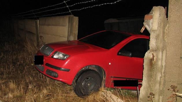 Řidič osobního vozu Škoda dostal v Heroltické ulici na mokré vozovce smyk a prorazil betonovou zeď místní firmy.