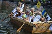 Plavba dračí lodí, pirátskou lodí nebo v děravých neckách? Takový byl sedmý ročník oblíbené Neckyády v Hodicích, která se konala v sobotu po celé odpoledne. í.
