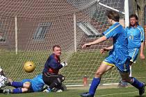 Třešťský gólman Jindřich Jindřich sice neměl v derby příliš práce, ale čtvrt hodiny před koncem při něm stálo štěstí. Rantířovský Janků namířil míč z penalty nad a domácí Třešť vyhrála 2:1.