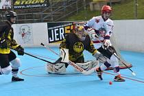 Pro hokejbalisty SK Jihlava B (v bílém) je už tradicí, že se účastní finálové série Ronhill ligy. Tento víkend se pokusí na svém hřišti porazit Hodonín, kam by si pak  rádi odváželi mečbol.