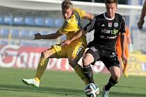 Příbramští fotbalisté (v tmavém) z pěti předchozích duelů na Vysočině tři vyhráli. Domácí hráči musí v sobotu udělat vše pro srovnání této nepříznivé bilance.