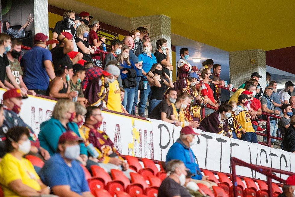 Jihlavští hokejisté (ve žlutém) doma s Porubou prohráli 2:4.